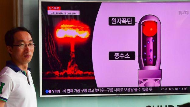 Ciudadanos en Seúl escuchan las noticias sobre el terremoto en Corea del Norte.