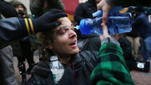 Un manifestante es rociado con agua en medio de las protestas en Washington