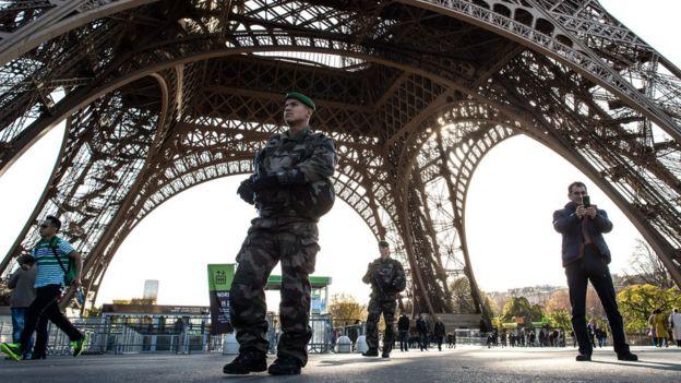 Soldados vigilan la Torre Eiffel