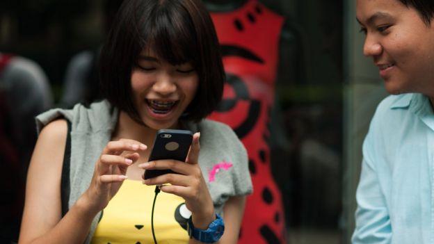 Joven tailandesa jugando a Pokémon Go.