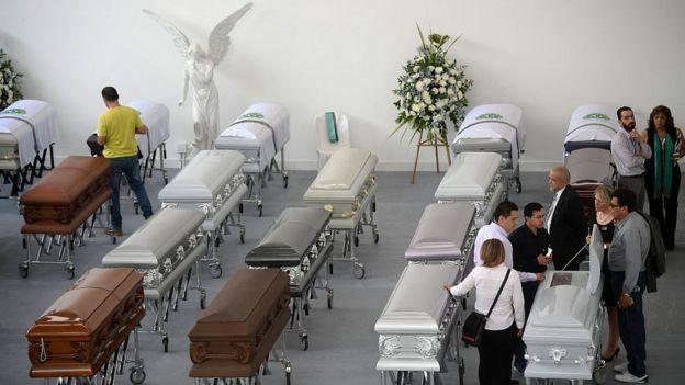 Ataúdes de víctimas mortales del accidente de avión