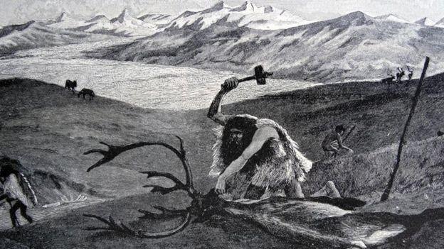 El dibujo de un hombre prehistórico destazando un animal cazado.