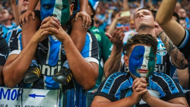 Gremio supporters pray for Chapecoense plane crash victims before Brazilian Cup final in Porto Alegre, 7 Dec 2016