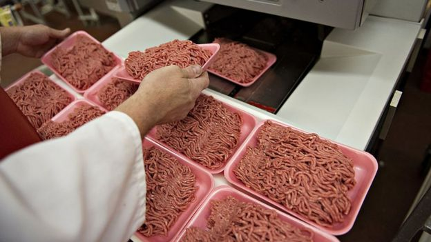 Carne molida siendo empaquetada.