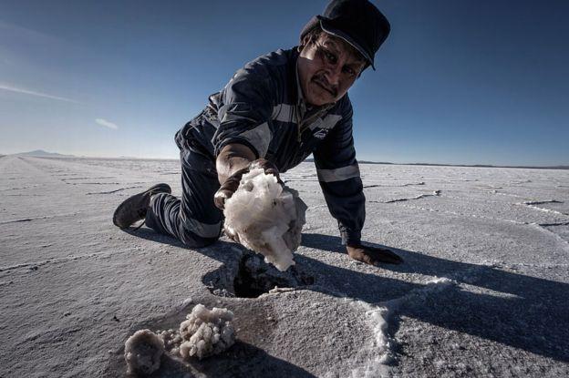 Hombre con cristal de litio en el Salar de Uyuni, en Bolivia.