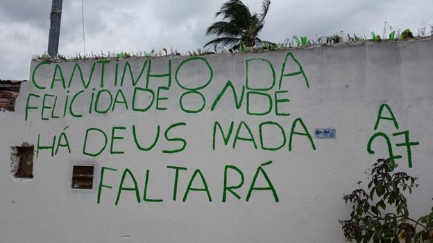 Escrito en un muro. Pequeño rincón de felicidad. Donde está Dios Nada faltará.