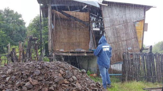 Choza a punto de colapsar en la provincia de Guayas, Ecuador.