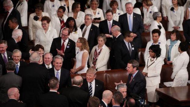 Las mujeres de la bancada demócrata asistieron vestidas de blanco.