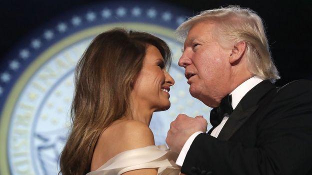 Trump baila con Melania.