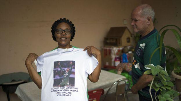 Valeria Zampier y Helam Zampier con una camiseta que muestra la imagen de su hijo Helio Neto