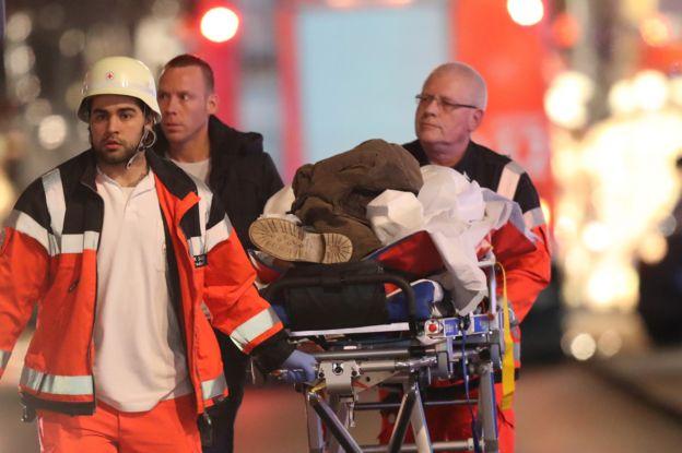 急救人員帶一名傷者離開現場