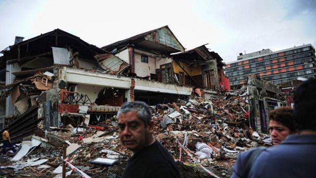 Casas destruidas en Concepción y sobrevivientes tras el terremoto de 2010