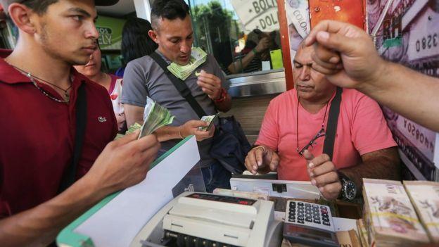 Venezolanos cambian billetes