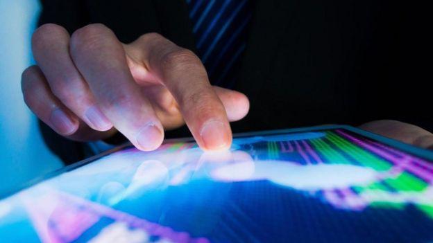 Un hombre usando una pantalla táctil
