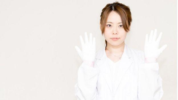Médico con guantes blancos