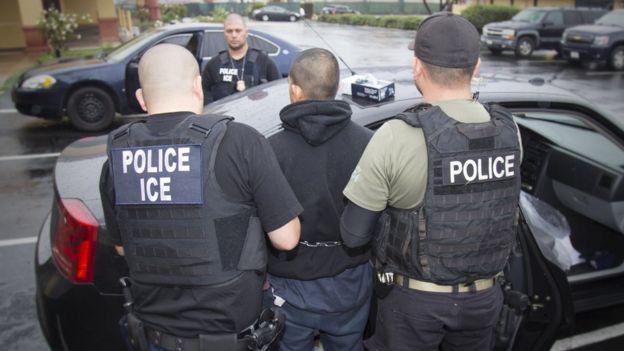 Agentes del ICE durante una operación contra la inmigración ilegal.