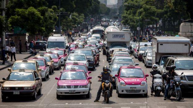 Una avenida de Ciudad de México congestionada por el tráfico.