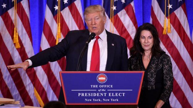 Trump junto a la abogada de la Organización Trump, Sheri Dillon