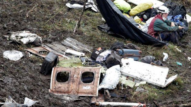 Socorrista entre pedazos del avión accidentado