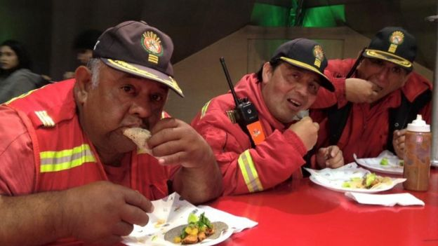 Bomberos peruanos comiendo tacos en Mistura.