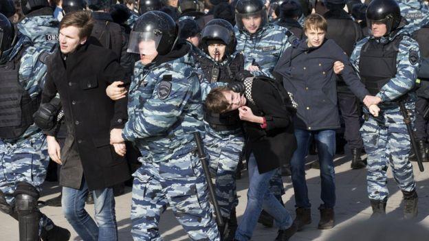 Moskova'da gözaltına alınan göstericiler