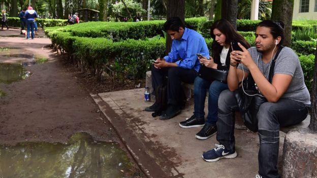 Personas usando celulares en México