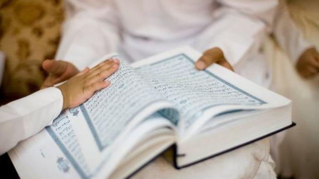 أطفال يتلون القرآن