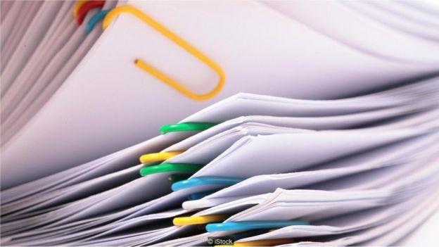 Folhas de papel separadas por clipes