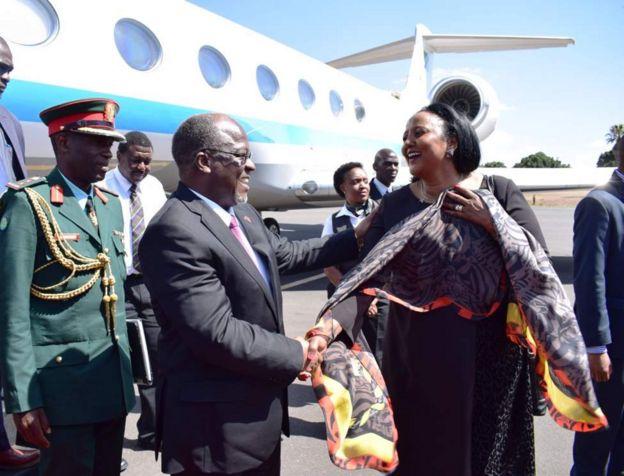 Magufuli akilakiwa katika uwanja wa ndege wa Jomo Kenyatta jijini Nairobi