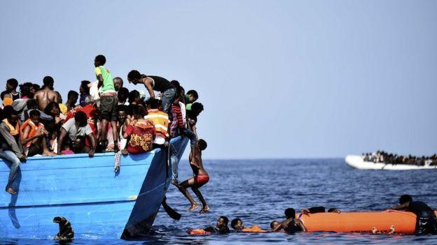 Inmigrantes en la embarcación de madera