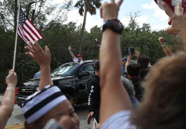 Trump saluda a seguidores