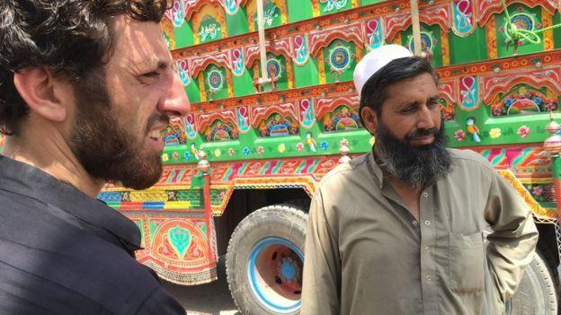 Noor junto a su camión
