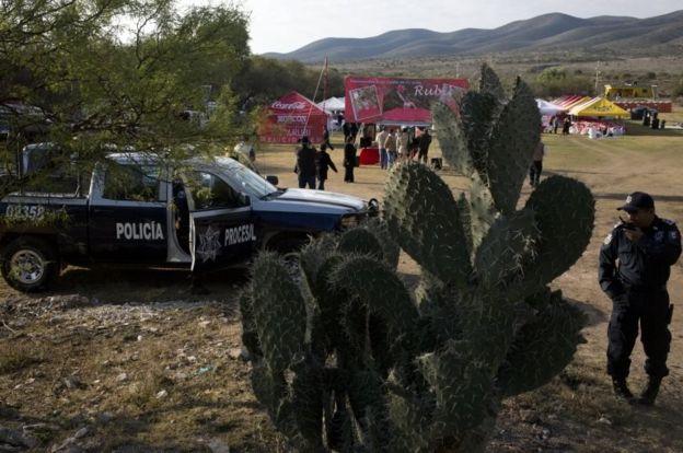 سيارة شرطة وشرطي وخيام ونباتات صبار