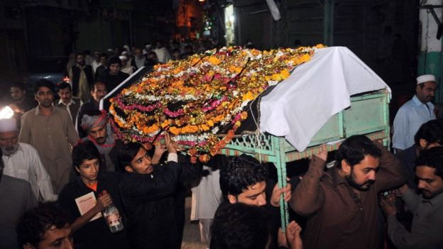 Pakistani relatives and residents carry the coffin of a victim of the earthquake during a funeral ceremony in Peshawar (26 October 2015)