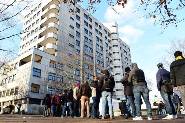 Inmigrantes hacen fila para presentar solicitudes de asilo en la oficina LaGeSo de Berlín, en diciembre de 2015