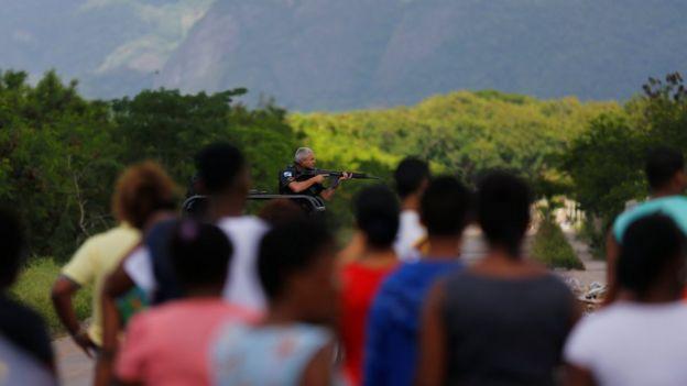 Moradores acompanham operação policial ocorrida no fim de semana