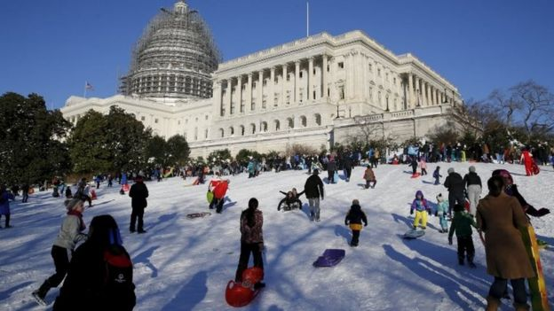 People sled and play in the snow on the hill below the US Capitol in Washington (24 January 2016)