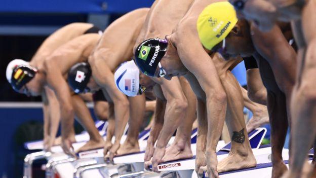 Michael Phelps con otros nadadores en las eliminatorias para la prueba de 200 metros combinados.