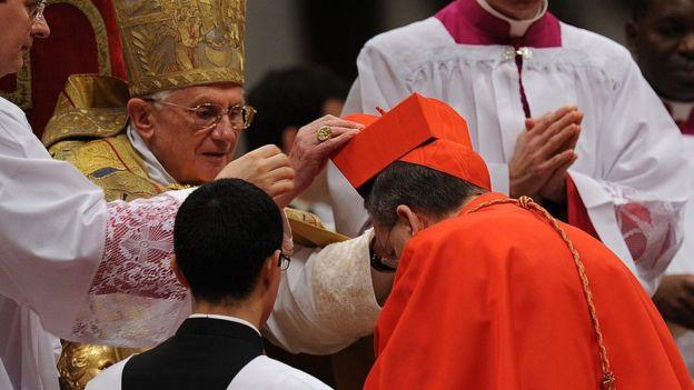 Ceremonia de nombramiento de Raymond Burke como cardenal por el Papa Benedicto XVI, en 2010.