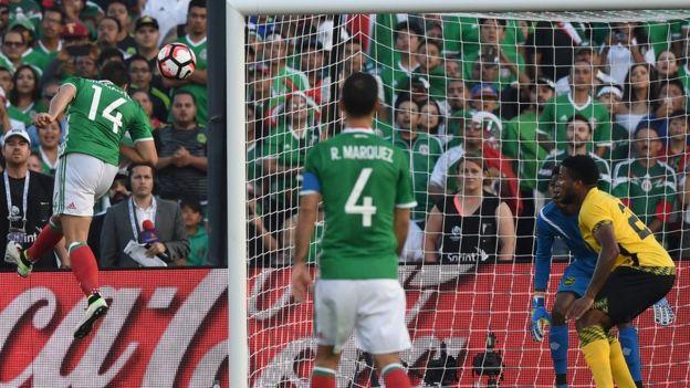 El Chicharito Hernández marca el primer gol de cabeza