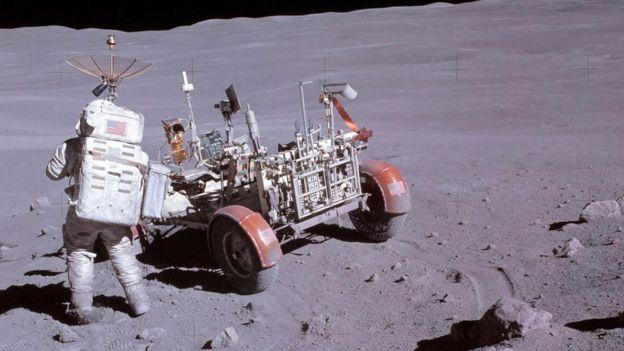 Uno de los astronautas de la misión Apolo en la Luna