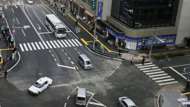 Rua de Fukuoka consertada, depois que a cratera se abriu uma semana antes.