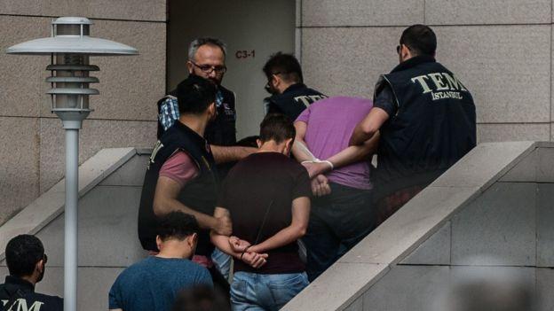 Çağlayan Adliyesi önünde polis darbe girişimi zanlılarını içeriye alıyor.