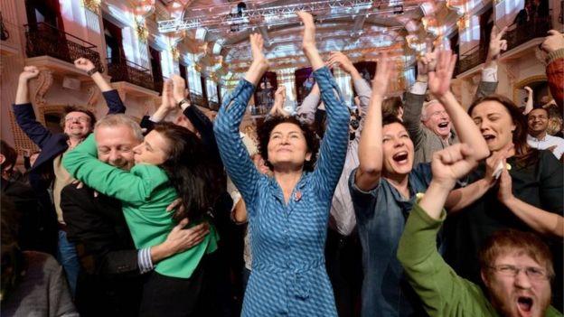 Alexander van der Bellen'in destekçileri Viyana'da seçim zaferini kutlarken