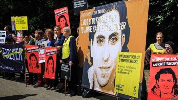 حقوقيون يتظاهرون دعما للمدون السعودي رائف بدوي