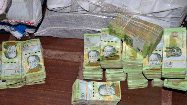 Billetes venezolanos encontrados por la Policía de Paraguay.