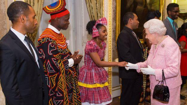 La reina Isabel II adora la Mancomunidad de Naciones porque le aporta una multitud que la saluda, dijo Johnson en 2002.