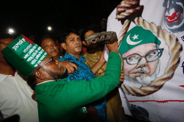 Crowd celebrates the execution of Motiur Rahman Nizami in Dhaka, 11 May
