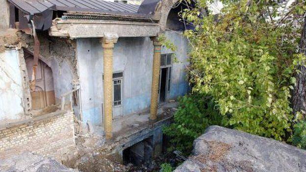 ویرانه های اقامتگاه الکساندر گریبایدوف. مهاجمان به نوشته لارنس کلی، سقف اقامتگاه را برای شلیک به سفیر روسیه شکافته بودند