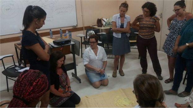 Mulheres da Maré durante atividade numa sala de aula